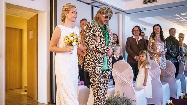 Sie wollte anders heiraten als andere. Mission erfüllt. Wer wird schon von einem coolen Leoparden zum Bräutigam geführt? Passiert nur auf einer Mottohochzeit