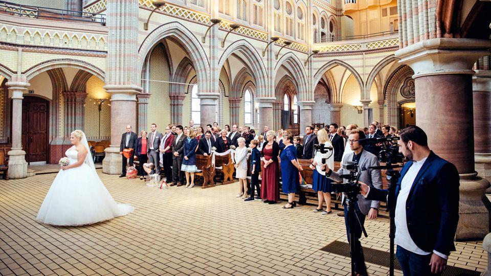 Sarah und Marco, 31 und 33, heiraten in einer Kirche ohne Pfarrer