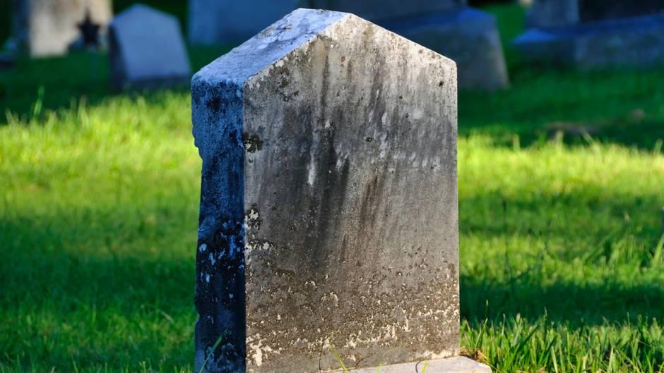 Schock im Freizeitpark Mädchen (13) findet Original-Grabstein ihres Opas
