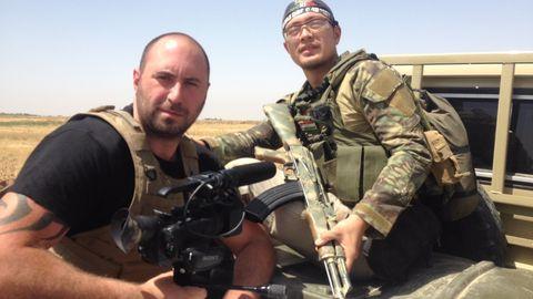 Der ehemalige Angehörige des Royal Marine Commandos, Emile Ghessen, folgte den Kämpfern direkt an die Front. Das Stirnband des Soldaten ist das Versprechen seiner Entschlossenheit.