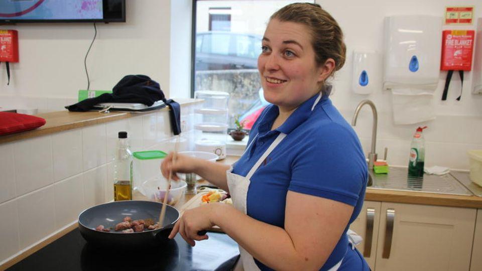 Emily beim Kochen in der Nanny-Schule