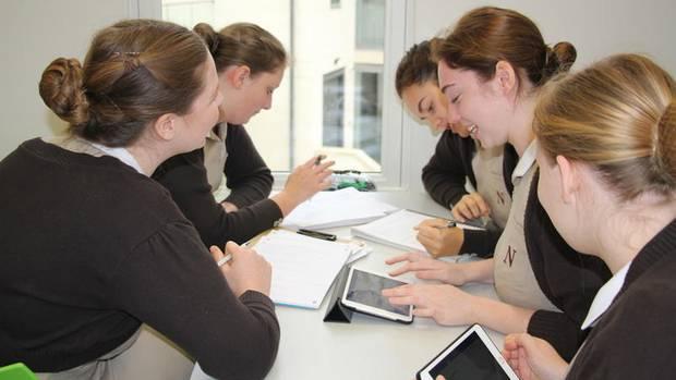 Schülerinnen der Nanny-Schule in Bath