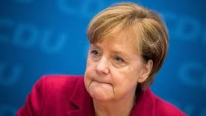 Angela Merkel in rotem Jacket mit zusammengekniffenen Lippen - Sie hält nichts von einer Minderheitsregierung