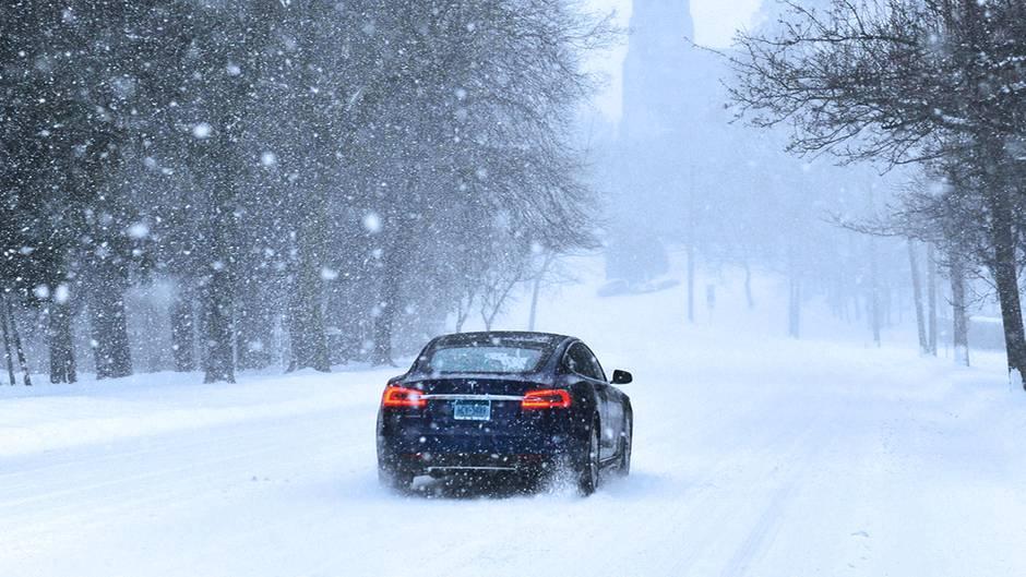 Eis und Schnee: Mit diesen Tipps beim Autofahren kommen Sie sicher durch den Winter
