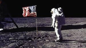 """Bei der neuen Mondmission sollten die US-Astronauten dort nicht nur """"unsere Fahne einrammen und unseren Fußabdruck hinterlassen"""", sondern die langfristige Erforschung und Nutzung des Erdtrabanten verfolgen, sagte der Präsident bei einem Auftritt im Weißen Haus"""