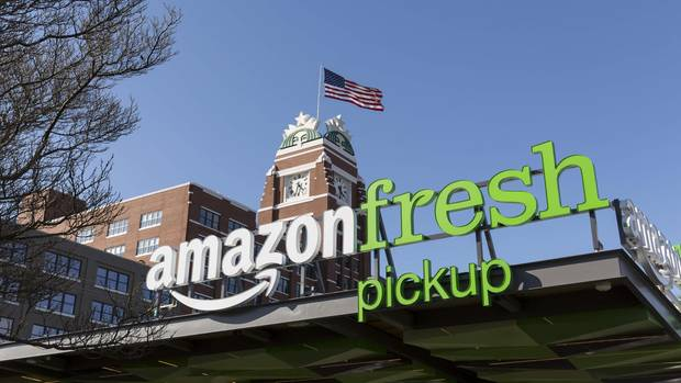 In den USA kann man Lebensmittel online bestellen und die Tüten dann mit dem Auto abholen