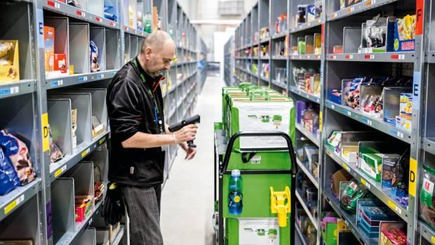 In Berlin-Tegel befüllt ein Mitarbeiter Kühltaschen für Berliner und Hamburger Kunden