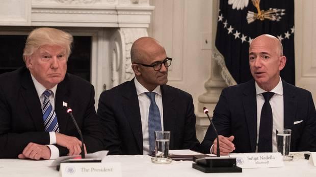 Bezos' Verhältnis zu US-Präsident Donald Trump ist angespannt. Im Weißen Haus sitzt Microsoft-Chef Satya Nadella dazwischen