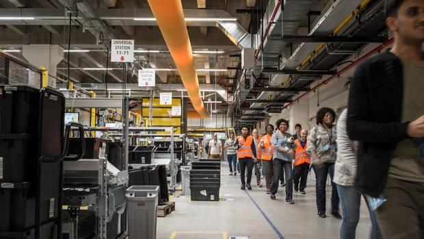 """Schichtwechsel im Logistikzentrum in Winsen an der Luhe. Nach 24 Monaten kommen Mitarbeiter """"inklusive aller Nebenleistungen"""" im Schnitt auf mindestens 2699 Euro brutto monatlich, so Amazon"""