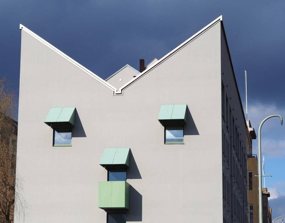 Die Fassade eines Hauses sieht aus wie ein Gesicht, aufgenommen in Berlin