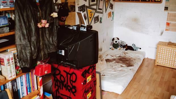 Das Zimmer von Jan Frederick in der Wohnung seiner Eltern. Die Matratze hat Blutflecken vom Ritzen, an den Wänden stehen Namen und Telefonnummern von Bekannten