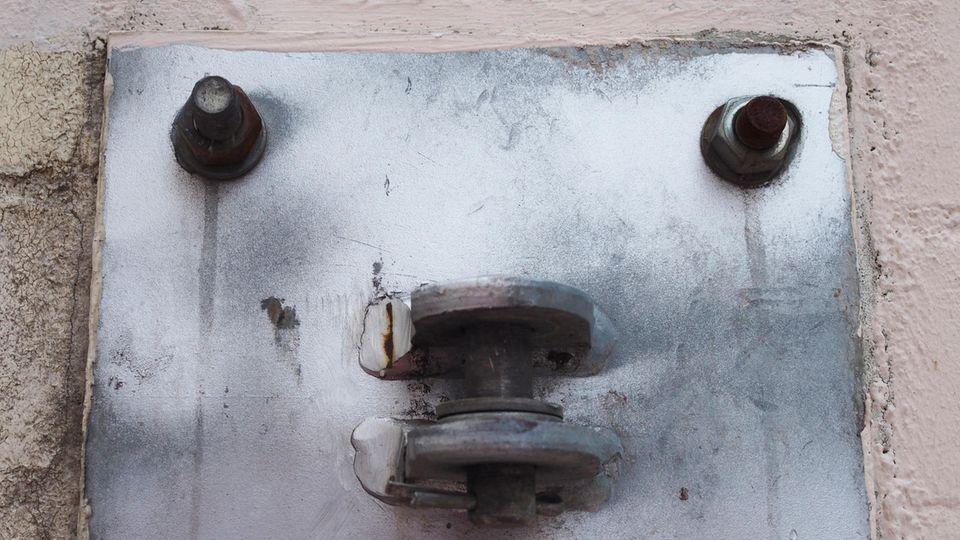 Wer glubscht mich da an? Die Halterung für das Scharnier eines Tores sieht aus wie ein Gesicht.