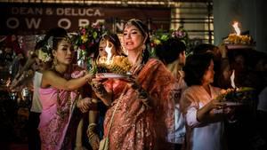 """""""Dieser Lady-Boy hat bei einem Fest in Bangkok Früchte, Blumen und Gewürze angezündet. Und muss aufpassen, dass er sich nicht daran verbrennt.""""      Mehr Fotos vongerritphilbaumannin derVIEW Fotocommunity    Aktionen und Informationen aus der VIEW Fotocommunity aufFacebookoderTwitter"""