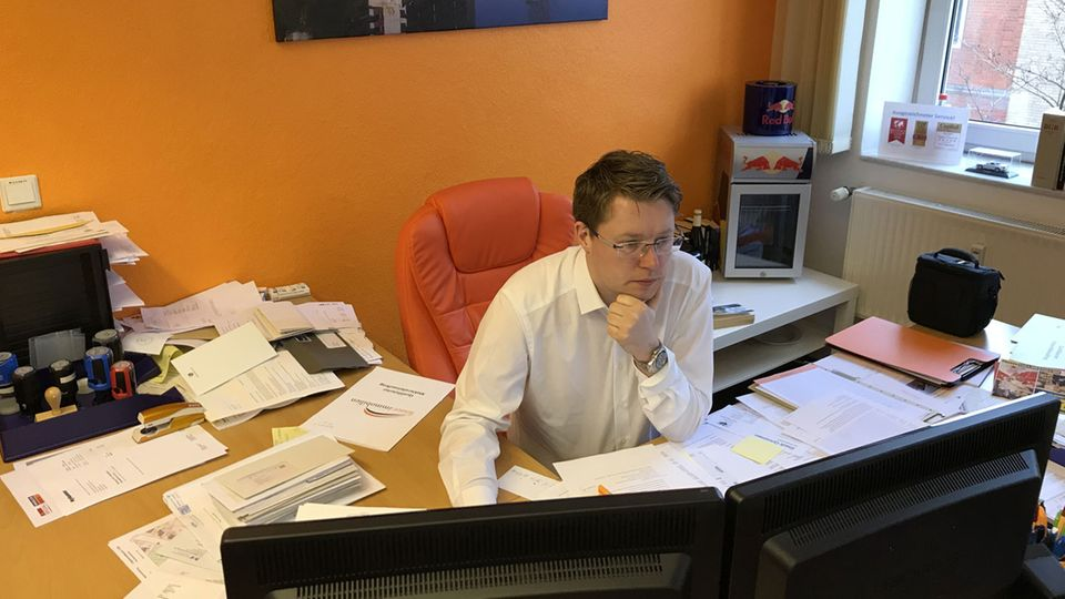 Makler Sebastian Fesser in seinem Büro. 12 Mitarbeiter vermitteln in seinem Namen Immobilien in und um Hannover.