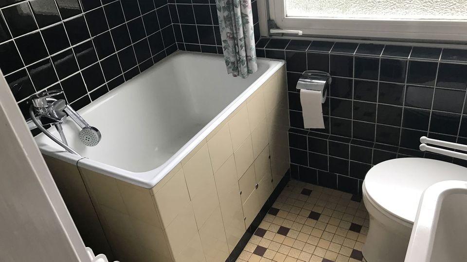"""""""Dieses Badezimmer könnte Teil einer Zeitreise sein und sicherlich entspricht es auch nicht mehr dem heutigen Geschmack, kann aber bestimmt mit etwas Arbeit toll saniert werden"""", heißt es im Exposé."""