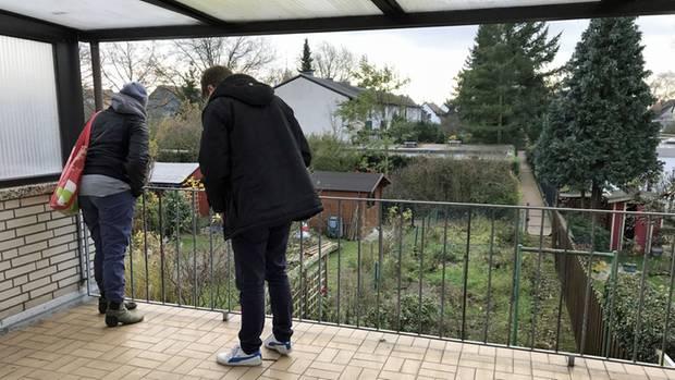 """Kritischer Blick auf bröckelnde Kacheln: Sebastian Fesser besichtigt mit einer Interessentin die """"Penthouse-Dachterrasse"""""""