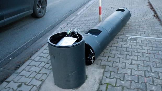 Demolierter Blitzer auf einer Straße in Gernsheim, Hessen