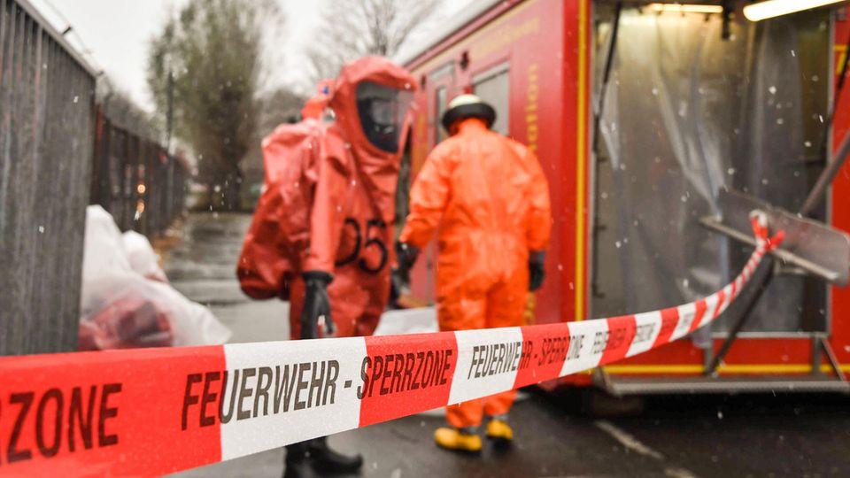 Giftalarm in Hamburg: Die Feuerwehr rückt mit Schutzanzügen an