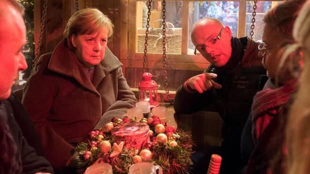Bundeskanzlerin Merkel im Gespräch mit Überlebenden des Berliner Terroranschlags