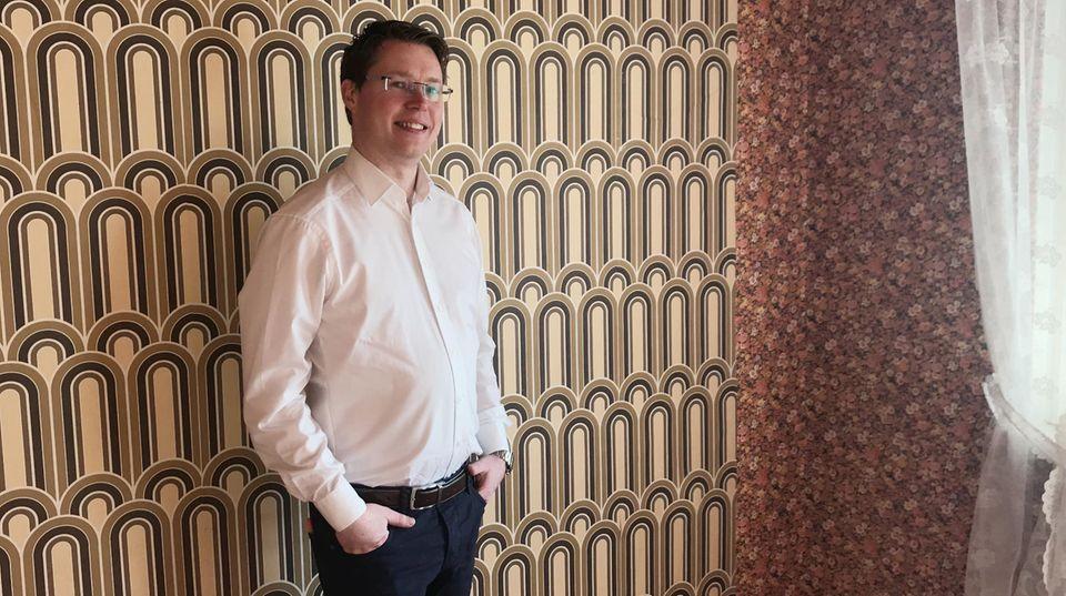 """""""Es ist nicht immer alles nur schön"""": Immobilienmakler Sebastian Fesser muss auch schwierigere Objekte wie dieses 50er-Jahre-Haus an den Mann bringen"""