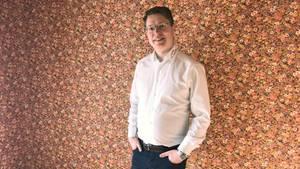 Haus mit Blümchentapete zu verkaufen: Immobilienmakler Sebastian Fesser in einem seiner Objekte