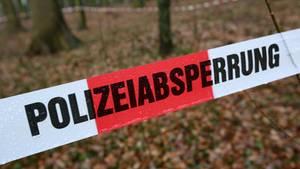 Ein Polizeiband sperrt einen Tatort ab (Symbolbild)