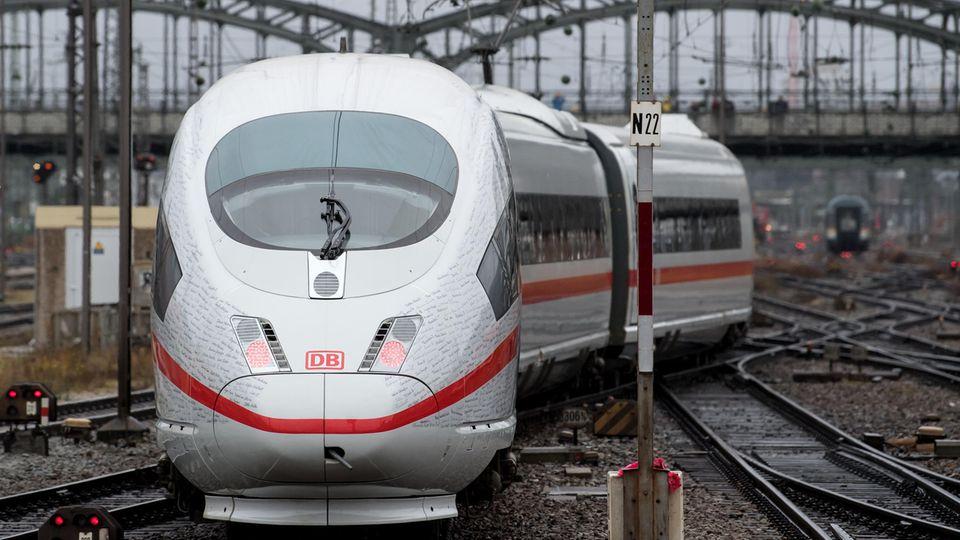 Der Sonderzug der Deutschen Bahn aus Berlin fährt in den Münchner Hauptbahnhof ein. Die drei täglichen Sprinter-Züge verkürzen die Fahrzeit auf der strecke von 6 auf 4 Stunden.