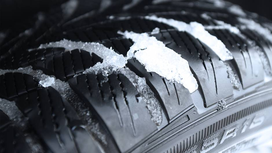 Eis und Schnee: Im Winter auf Sommerreifen unterwegs? Diese Strafen drohen Autofahrern
