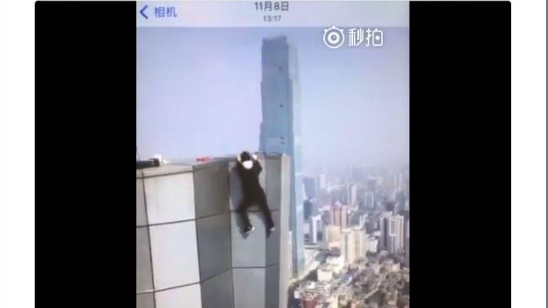China: Der Rooftopper Wu Yongning hängt an der fassade des Huayuan International Centres in Changsha