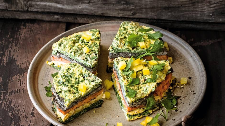 Crespeou – gestapelte Omeletts, einzeln mit Tapenade, Tomate, Gemüsepaprika und mehr gewürzt