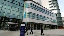 Ein britischer Chirurg hat bei Eingriffen im Queen-Elizabeth-Krankenhaus in Birmingham (Foto) seine Initialen mit einem sogenannten Argon-Laser in Lebern eingraviert