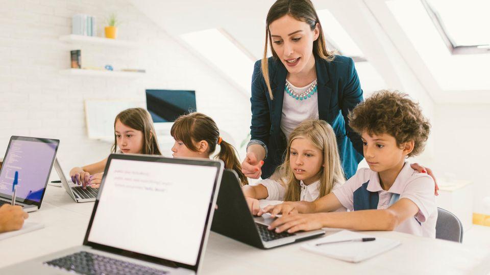 Für das Finanzamt zählt auch eine Lehrerin zu den Top-Verdienern, für die der Spitzensteuersatz fällig wird.