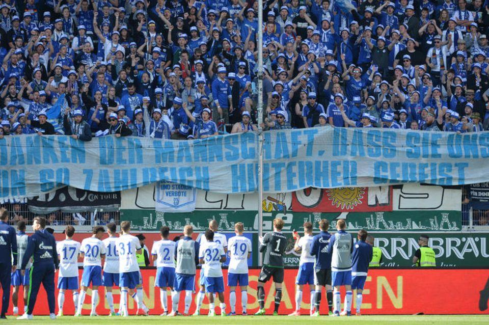 Abschiedsgruß der Schalker Fans an die Spieler nach der Partie am 20. Mai in Ingolstadt