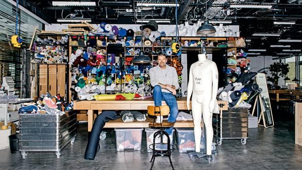 Der Boss im Lab: Auf dem Campus in Herzogenaurach hat Adidas einen Nähraum für die Kreativen eingerichtet – in dem sich auch Rorsted wohlzufühlen scheint