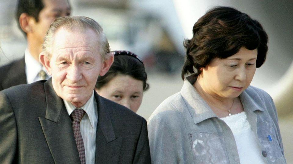 Charles Jenkins und seine Ehefrau Hitomi Soga 2004 in Tokio, nach fast vierzig Jahren in Nordkorea
