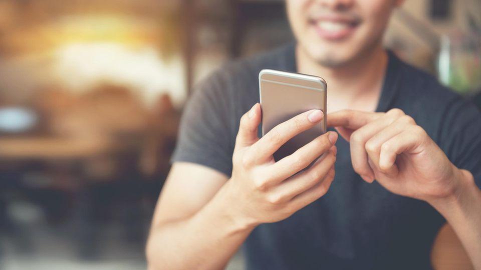 Handy mit Chatnachrichten