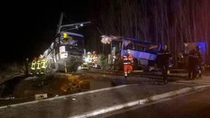 Ein zerstörter Schulbus auf Bahngleisen