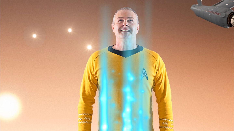 Star Trek Professor Hubert Zitt im gelben Classic Star Trek Shirt wird gebeamt