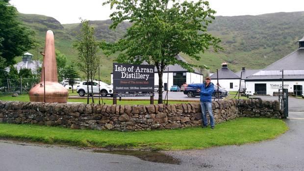 Vor den Toren der Isle of Arran Destillery.