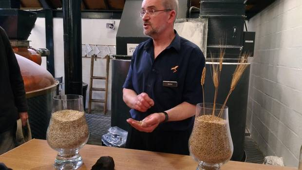 John ist einer der Tourguides er Isle of Arran Destillers.