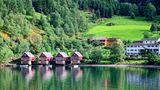 Norwegen: Flåm  Eingebettet zwischen den dichten Wäldern der Berge, die bis zum Himmel reichen, liegt das Örtchen Flåm am Ende des Aurlandsfjords. In dem Nebenarm des Sognefjord beginnt die spektakuläre Eisenbahnfahrt über 20 Kilometer bis nach Kjosfossen.  Infos: www.visitnorway.de/reiseziele/fjord-norwegen/die-region-sognefjord/flam