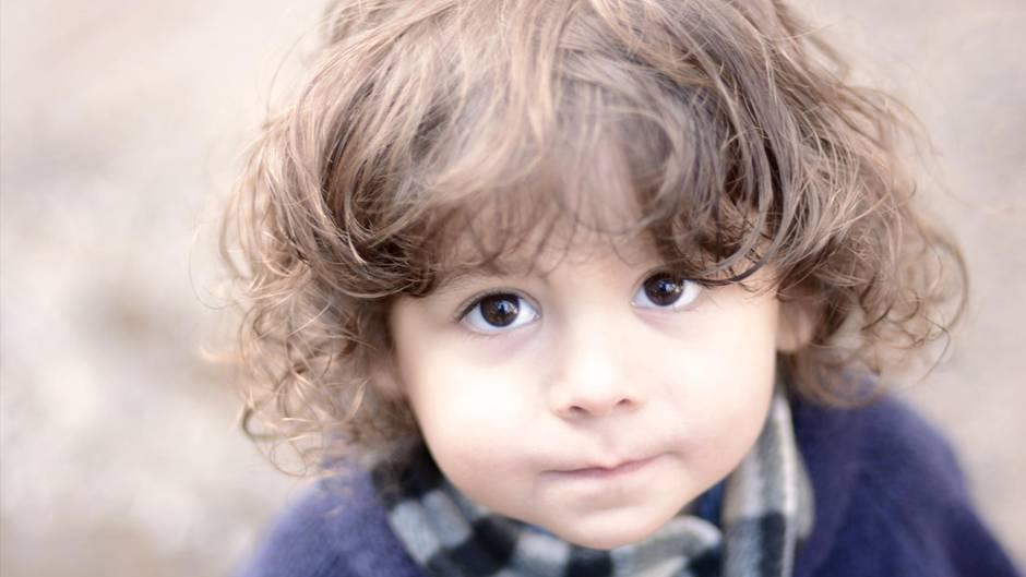 Ein Kind schaut fragend in die Kamera