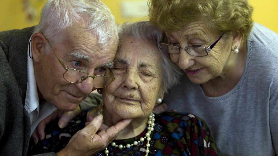 Ana Vela Rubio, älteste Frau Europas, mit Sohn Juan und Tochter Ana