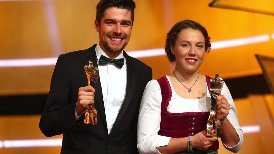 """Laura Dahlmeier und Johannes Rydzek mit ihrer Trophäe bei der """"Sportler des Jahres""""-Gala"""