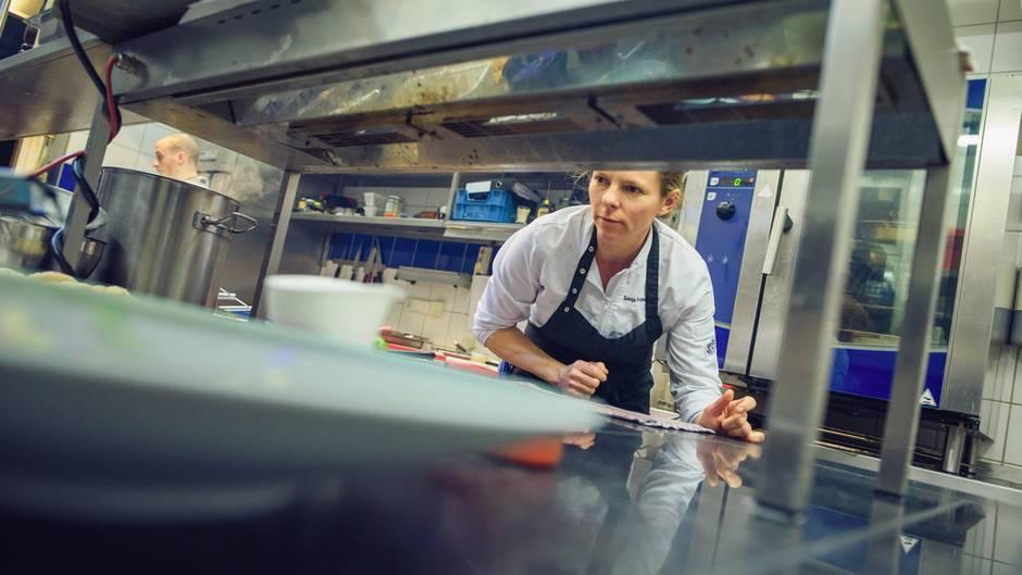 """Sonja Frühsammer ist eine von wenigen Spitzenköchinnen in der Branche.Das Missverhältnis beginnt bisher schon in der Ausbildung: Auf drei männliche Auszubildende im Fach Koch und Köchin kommt ein weiblicher. """"Diese Zahl ist seit vielen Jahren nahezu konstant"""", sagt Sandra Warden von der Dehoga."""