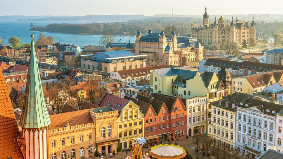 Günstige Großstadt: In Schwerin liegt die ortsübliche Vergleichsmiete im Schnitt bei 5,81 Euro pro Quadratmeter. Das ist deutlich unter dem Bundesschnitt von 6,72 Euro, den das Forschungs- und Beratungsinstitut F+B für alle 347 Mietpreisspiegel ermittelt hat.