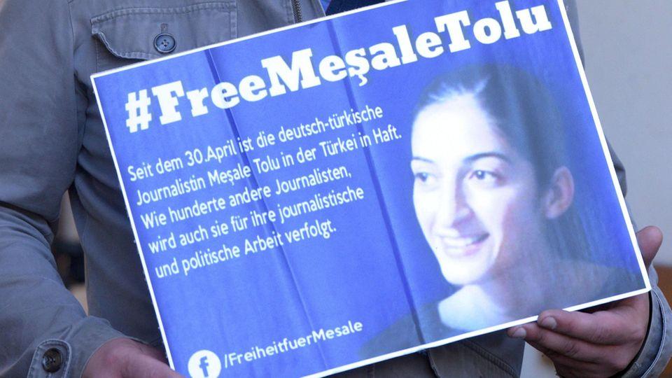 Mesale Tolu saß monatelang im türkischen Gefängnis. Nun wird die Journalistin aus der Untersuchungshaft entlassen.