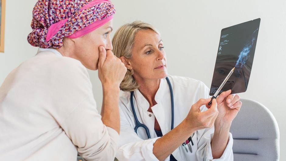 Wie Gen-Tests über eine Chemotherapie entscheiden sollen: Eine Brustkrebs-Patientin im Gespräch mit einer Ärztin