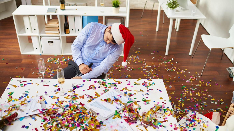 Mann schläft auf Weihnachtsfeier ein.