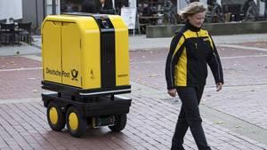 """Der neue """"Postbot"""" im Einsatz für die Deutsche Post"""